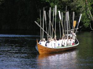 Att ro kyrkbåt är både skoj, och ställer krav på samarbetsförmågan.