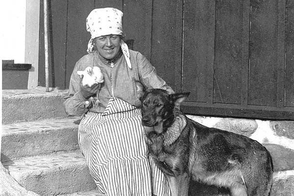 Lycka 1925. Fröken Elvling som byggde Elvåkra 1923 (idag Hasse Tolförs). Hunden Königen fd polishund.