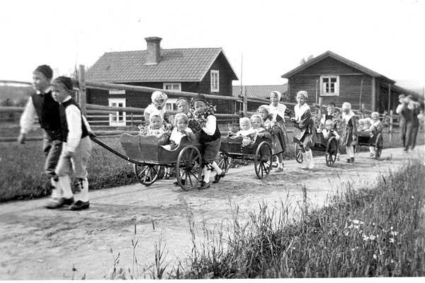 Midsommar 1942. Barnen i s k lisskärror utanför Lassesgården