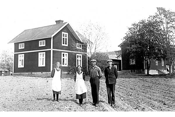 Modigs i Lycka på 1930 talet. Idag är det vänstra huset ett enplanshus.