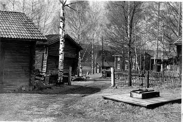 Utsikt från Åmans gårdsplan 1945. Ladan och härbret t v är idag bortflyttade. Det lilla huset i bildens mitt fanns på Anders Erkers gård och revs av Anders 1991. Vid rivningen visade det sig att delar av huset kom från det gamla färjeläget i Ullvi - det fanns hästskoavtryck i plankorna! Detta hus ägdes 1920-1947 av färgaren och vedsågaren Joel Krispinsson.