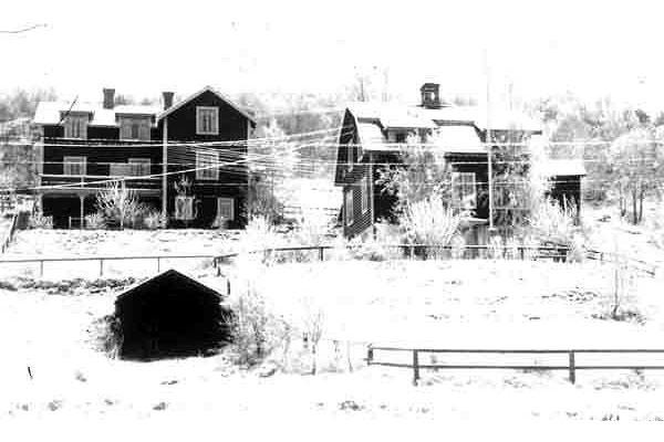 Ekebo (idag Kers) Nuvarande byggnad t h uppfördes 1909 och har i perioder varit pensionat. Byggnaden t v var under den perioden bostadsdel för gäster och personal. Denna byggnad revs vid 1940-talet mitt.