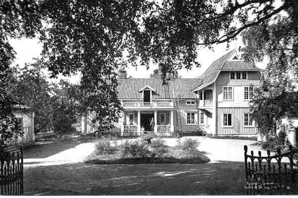 Tibble herrgård 1917 Gården uppfördes på platsen 1836 av majoren och Riddaren av Svärdsorden, Carl Johan Fahnehjelm. Bilden visar t h en flervåningsutbyggnad, som fanns under åren 1907-1935 när huset användes för viss pensionatsverksamhet. Tillbyggnadens övre del revs 1935 av den då nya ägaren, konstnären Sam Uhrdin. Gården är idag uthyrd som privatbostad.