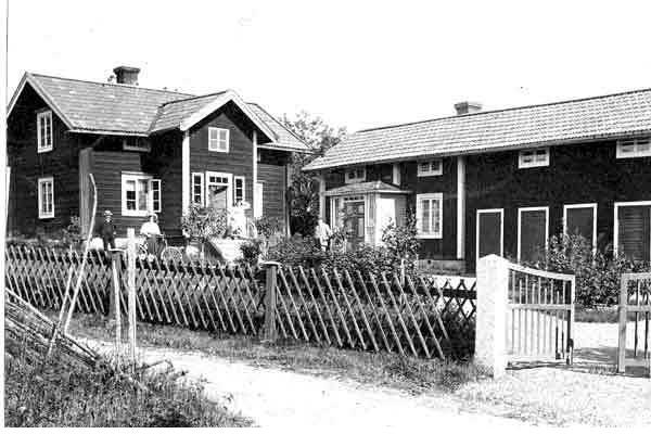 Jakobsgården 1909  (idag Hjorth) Gården är från början en släktgård från 1600-talet. Nuvarande manbyggnad är ursprungligen från 1877. I gårdens lillstuga föddes 1872 dottern Anna, som senare blev känd som Kinamissionär Anna Berg. Om hennes fantastiska levnadsöde berättas i boken