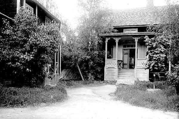 Karlesgården  (idag Kalles) Mycket gammal släktgård. Nuvarande manbyggnad är uppsatt 1898. Bilden visar husets ursprungliga och vackra brokvist.