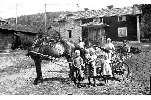 Smedsgården 1923  (idag Naarttijärvi) Nuvarande manbyggnad är ursprungligen från 1812. Den mycket gamla gården var den första man passerade från Ullvihållet vid storskiftet på 1820-talet.